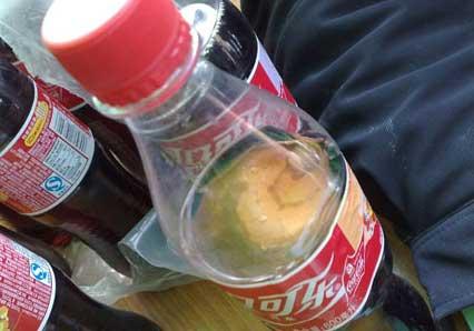 可口可乐瓶内发现蘑菇状异物引消费者质疑(图)